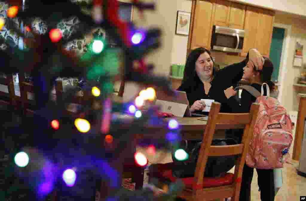 زنان در مجلس قانون گذاری در ایالات نوادا اکثریت را دارند. این عکس از «راشل توی» یکی از این نمایندگان است است که به همراه دخترش در حال تزئین درخت کریسمس است.
