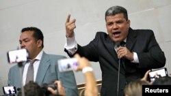 """""""Hoy queremos abrirle la puerta al futuro de este Parlamento"""", afirmó Luis Parra al salir del Hemiciclo de sesiones en la que, según sus declaraciones a medios oficialistas, logró 81 votos."""