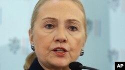 La Secretaria de Estado, Hillary Clinton se reincorporó a su trabajo este lunes, luego de estar convaleciente.