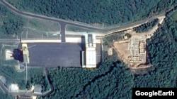동창리 미사일 발사장을 찍은 10월2일자 위성사진. 오른편 공터에 건물들이 들어서고 있다. 구글 어스 이미지.