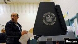 Một người Mỹ gốc Yemen chuẩn bị bỏ phiếu ở Brooklyn, New York, ngày 8 tháng 11 năm 2016.