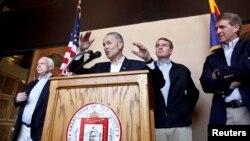 """Cuatro senadores de la llamada """"Pandilla de los 8"""" evalúan la seguridad fronteriza antes de presentar proyecto de ley para reformar el sistema de inmigración."""