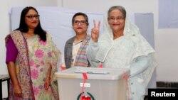 بنگلہ دیش کی وزیر اعظم حسینہ واجد اپنا ووٹ ڈالنے کے بعد وکڑی کا نشان بنا رہی ہیں۔ 30 دسمبر 2018