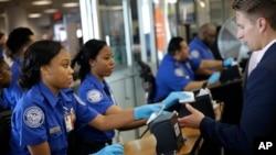 미국 뉴욕 라과르디아 공항에서 미 교통안전청(TSA) 직원들이 탑승객들의 신분증을 확인하고 있다. (자료사진)