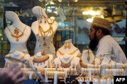 صرافہ بازاروں میں دکان دار گاہکوں کے انتظار میں ہیں۔ (فائل فوٹو)
