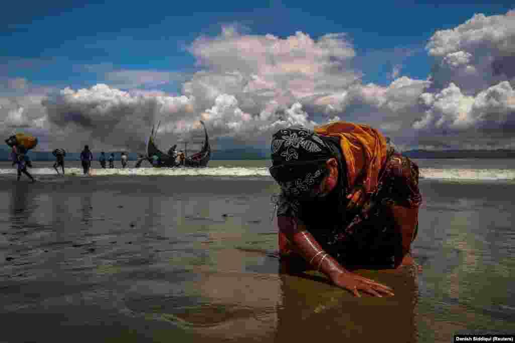 Uma refugiada Rohingya exausta depois de atravessar a fronteira Bangladesh-Myanmar de barco. Baía de Bengal, Set 11, 2017
