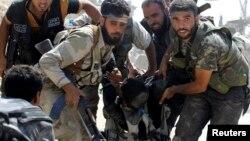 Các chiến binh Quân đội Syria Tự do giúp một đồng đội bị thương