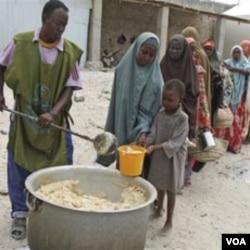 Para pengungsi Somalia antri bantuan makanan yang dibagikan oleh organisasi 'Jumbo', sebuah LSM lokal di Mogadishu (11/8).