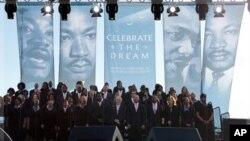 Barack Obama participe à la dédicace d'un monument à la mémoire de Martin Luther King, Jr.