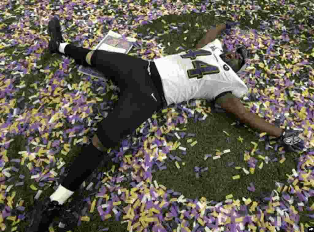 Pemain Baltimore Ravens Vonta Leach merayakan kemenangan dengan skor 34-31 melawan San Francisco 49ers dalam final NFL Super Bowl XLVII (3/2). (AP/Marcio Sanchez)