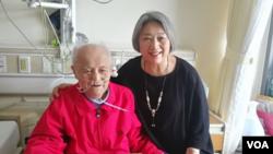 2018年8月8日高瑜(右)在北京医院探视毛泽东兼职秘书李锐(左) (高瑜 推特照片)