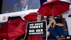 在国际艾滋病大会会场外人们抗议性工作者和吸毒者遭受忽视