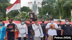 Warga dari berbagai elemen di Surabaya menyatakan penolakan rencana kedatangan Rizieq Shihab, dan mendesak pembubaran FPI (Foto: VOA/ Petrus Riski)