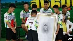 VOA Asia - Thai football team tells details of cave rescue