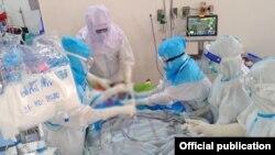 ရန္ကုန္တိုင္းေဒသႀကီး၊ ကိုဗစ္-၁၉ ေရာဂါကုသေရးဌာန (သုဝဏၰ)၊ ကိုဗစ္-၁၉ ေရာဂါအထူးၾကပ္မတ္ကုသေဆာင္ (ICU)မွာ ေရာဂါျပင္းထန္စြာခံစားေနရသူကို ကုသေပးေနတဲ့ က်န္းမာေရးဝန္ထမ္းမ်ား။(ဓာတ္ပုံ -Ministry of Health and Sports, Myanmar - ဒီဇင္ဘာ ၃၁၊ ၂၀၂၀)