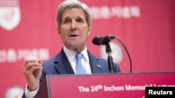 Menlu AS John Kerry berbicara mengenai keamanan dunia maya dan kebebasan Internet di Universitas Korea di Seoul, Korea Selatan (18/5).