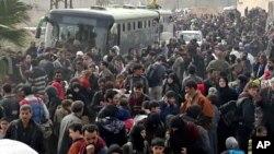 د سوریې اردو دا عکس خپور کړې او وایي دمشق ته نژدې له محاصره سیمې په زرګونو خلک ووتل.