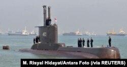 Para awak kapal selam TNI Angkatan Laut, KRI Nanggala-402, berjajar di dek kapal saat tiba di Surabaya, Jawa Timur, 6 Februari 2012. (Foto: M Risyal Hidayat/Antara Foto via Reuters)