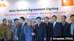 16일 인도네시아 자카르카에서 중국 기업 협력단과 인도네시아 국영기업 협력단이 고속철 건설을 위한 합자회사 설립 계약에 서명한 후 기념 사진을 찍고 있다.