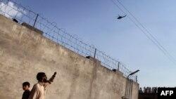 Cư dân ở Abbottabad nhìn chiếc trực thăng bay trên khu nhà, nơi thủ lãnh tổ chức khủng bố al Qaida, Osama bin Laden, bị hạt sát