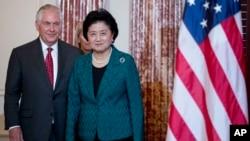 美国国务卿蒂勒森在国务院迎接来访的中国国务院副总理刘延东 (2017年9月28日)