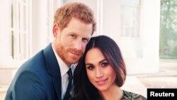 Una de dos fotos oficiales del compromiso del príncipe Harry de Gran Bretaña con Meghan Markle divulgadas por el Palacio de Kensington.