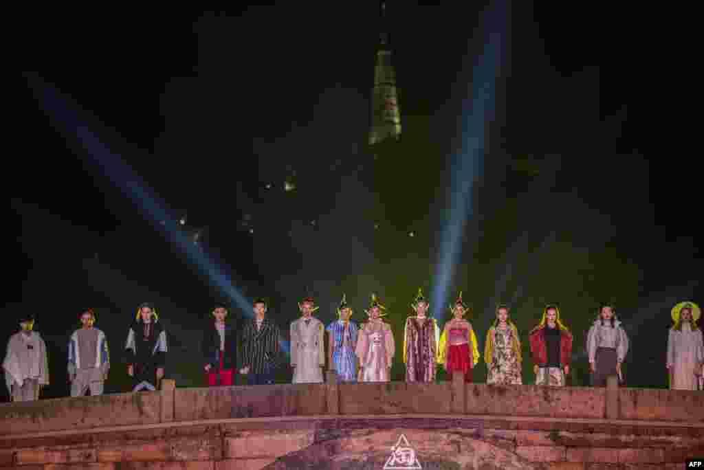 2018年9月13日,中国浙江省杭州的断桥时装秀,模特在桥上列队。