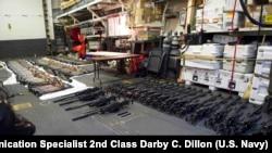 Một lô vũ khí được lắp ráp trên boong tàu khu trục tên lửa dẫn đường USS Gravely (DDG 107).