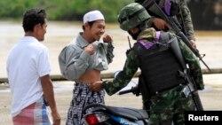 Binh sĩ chính phủ Thái kiểm tra an ninh tại một chốt kiểm soát ở tỉnh Yala bất ổn ở miền nam, 28/2/2013