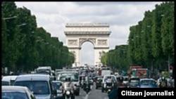 ຖະໜົນຫລວງຕໍ່ໜ້າ ປະຕູໄຊ Arc de Triomphe, Champs-Elysees.
