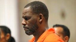 Penyanyi R. Kelly hadir dalam persidangan di Pengadilan Leighton Criminal di Chicago pada 17 September 2019. (Foto: Chicago Tribune via AP/Antonio Perez)
