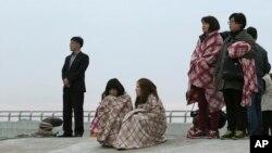 Thân nhân đứng chờ tin về người thân bị mất tích tại bến cảng ở Jindon, Hàn Quốc, ngày 16/4/2014.
