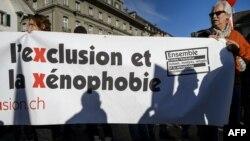 Warga Swiss dalam aksi menolak pembatasan ketat imigrasi menjelang referendum hari Minggu (30/11).