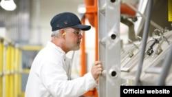 Empleado de planta de Corning en Harrodsburg, Kentucky. Por más de 10 años fábrica ha ayudado a crear las pantallas de vidrio de dispositivos iOS.