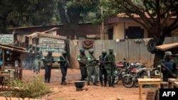 非洲联盟维和部队在中非共和国首都班吉的一处居民区展开搜查行动。(2014年2月15日)