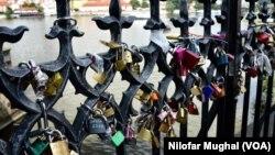 پراگ کا محبت پل جہاں لوگ اپنے پیاروں کے نام کا لو لاک لگاتے ہیں۔