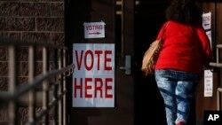 Une électrice prenant part aux primaires à Birmingham dans l'État de l'Alabama, mardi 1er mars 2016.