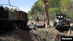 一名马里士兵走进马里北部遭到法军轰炸的迪亚巴雷伊斯兰分子军营