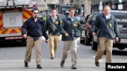 聯邦調查局人員在現場調查