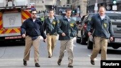 Các nhân viên của Cơ quan Điều tra Liên bang (FBI) đến hiện trường sau vụ nổ gần đích đến của cuộc đua marathon ở Boston, Massachusetts, ngày 15/4/2013.