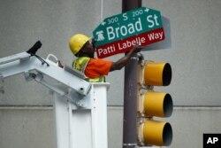Seorang pekerja memasang nama jalan untuk menghormati penyanyi Patti LaBelle, Selasa, 2 Juli 2019, di Philadelphia. (Foto AP / Matt Slocum)