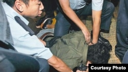 蘋果日報攝影記者王俊龍被警方拘捕(蘋果日報照片)