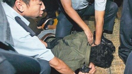 苹果日报摄影记者王俊龙被警方拘捕(苹果日报图片)