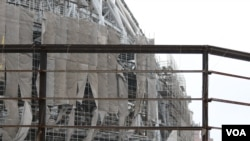 """在建的""""大巨蛋""""在台风中受损(美国之音杨明拍摄)"""