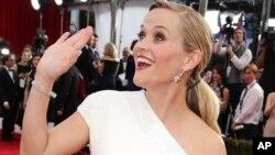 Aktrisa Reese Witherspoon müsafirləri salamlayır.
