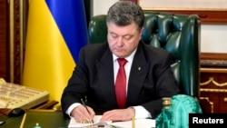 "Presiden Ukraina Petro Poroshenko menandatangani RUU ""lustration"" di Kyiv (9/10)."