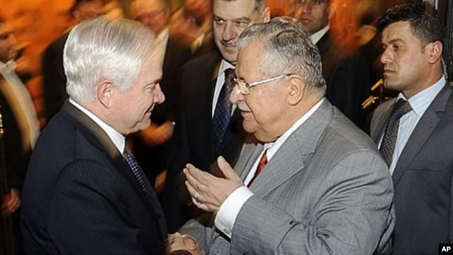 U.S. Defense Secretary Robert Gates (L) shaking hands with Iraqi President Jalal Talabani upon the former's arrival for a meeting in Baghdad, 10 Dec 2009