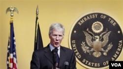 Dubes AS untuk Afghanistan Ryan Crocker berbicara pada peringatan 10 tahun tragedi 11 September di kedutaan besar AS di Kabul (11/9).