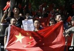 中国抗议者2012年9月14日举着反日标语在日本驻北京使馆前连续第四天示威