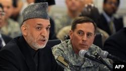 Президент Афганистана Хамид Карзай (слева) и командующий силами НАТО в Афганистане генерал Дэвид Петреус (архивное фото)